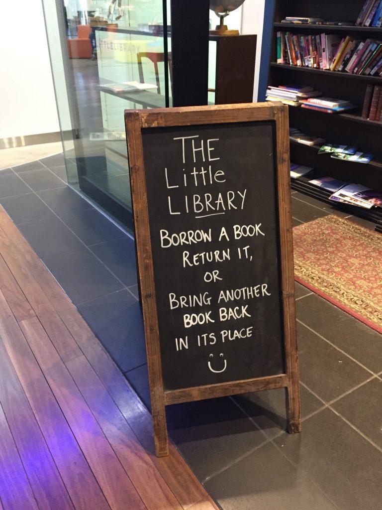 メルボルン市街にあった小さな図書館。本を置いていっても良いし借りていっても良いという傘スタンドのような場